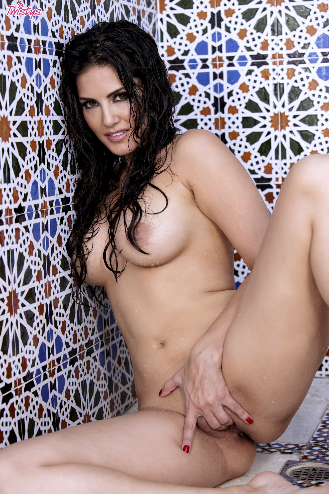 Sunny Leone Getting Wet N Wild In The Shower 10