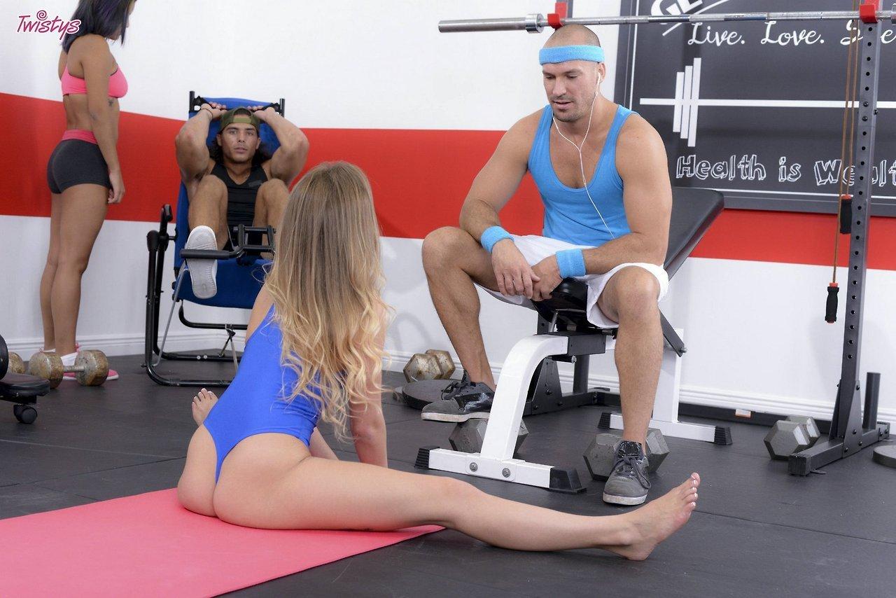 Sydney Cole Gorgeous Sporty Girl Sydney Cole Seduces A Guy In The Gym 3